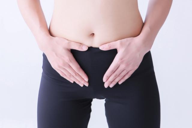 子宮にてをやる女性